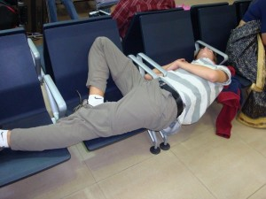 sleeping in airport, source resespanarna.se